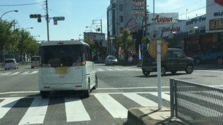 交差点の右折待ちでは斜めに停車しない
